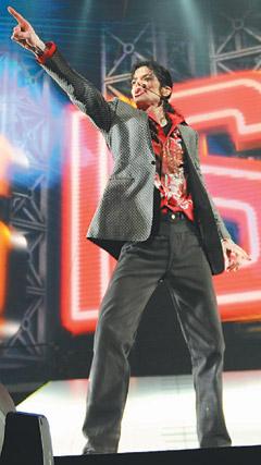 mj影视-迈克尔.杰克逊生前最后彩排时,在舞台上绽放的光芒,将出现在电影《