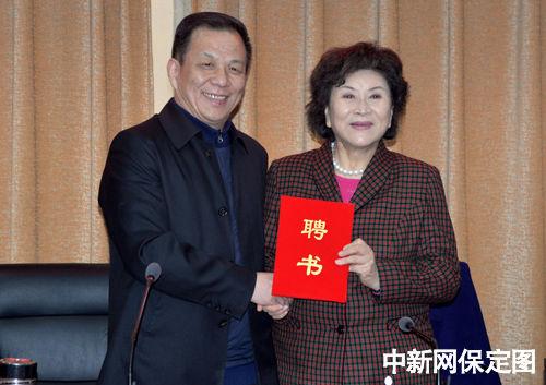 望都县委书记朱子强为刘兰芳颁发望都县首席文化顾问聘书.
