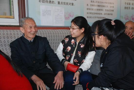 志愿者听老人们讲故事