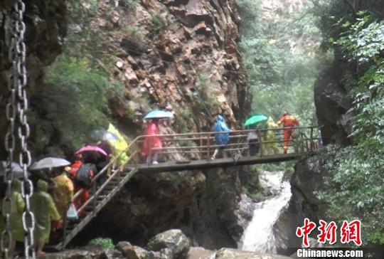 九龙潭自然风景区位于兴隆县城南13公里处,距北京150公里,承德130公里